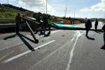 Cede la segnaletica stradale sulla Palermo-Mazara: auto travolto, conducente illeso