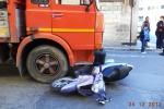 Comiso, si getta dal motorino prima che il camion la travolga