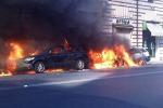 """Corteo """"Indignati"""" a Roma: scontri e auto in fiamme"""