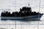 Immigrazione, gommone soccorso al largo del canale di Sicilia: salvate 84 persone