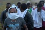 Immigrazione, il centro di accoglienza di Lampedusa è al collasso: alcuni dormono all'aperto