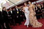 """Rosa e """"chignon"""" trionfano sul red carpet per gli Oscar"""
