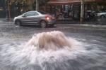 Nubifragio, auto spazzate dall'acqua in piazza Duomo: trovato il disperso