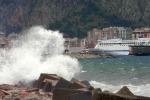 Alberi sradicati e navi bloccate: la furia del vento in città e in provincia