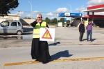 Rischi all'uscita della messa, a Castelvetrano il prete dirige il traffico