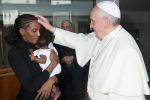 Finisce l'incubo di Meriam, la sudanese condannata a morte: a Roma l'incontro col Papa