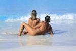 """La Francia punta sul nudismo: """"Toglietevi il costume"""""""