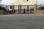 """Augusta, niente sport dentro al Palajonio: il campo """"invaso"""" dai migranti"""