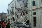 Crolla palazzina di tre piani in centro a Matera Un disperso, donna estratta viva dalle macerie