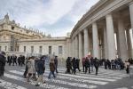 Il Papa nella chiesa di Sant'Anna saluta la folla di fedeli