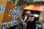 Palermo, gli ex pip sfilano con le bare di cartone