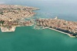 Siracusa, i barconi dimenticati al Porto Grande «Procedure complesse per rimuoverli»