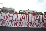 Protesta degli studenti: nella notte coperti strisce blu e cartelli stradali