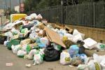 Igm, stop degli operai senza stipendio La città sommersa da cumuli di rifiuti