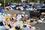 Nicosia, spazzatura invade la carreggiata