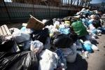 Palermo, ancora cumuli di rifiuti e cassonetti in fiamme
