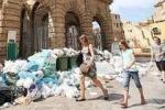 Città invasa dai rifiuti, scuole chiuse