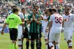 Il giallo del rigore in Sassuolo-Roma: l'arbitro decide dopo aver chiesto ai giocatori