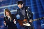 La serata dei duetti, le star internazionali illuminano Sanremo