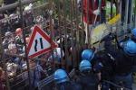 Scontri al presidio No-Tav, venticinque agenti feriti