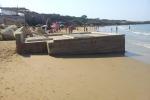 Santa Croce, la vasca per i liquami al centro della spiaggia