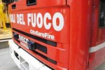 Incendio distrugge l'auto di una donna
